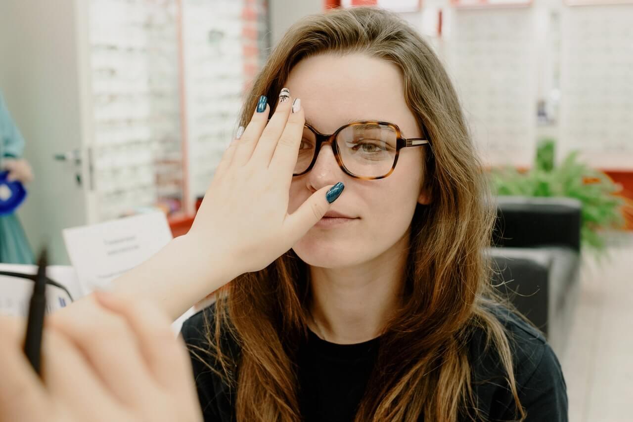 Dobry optyk pomoże w idealnym wyborze okularów
